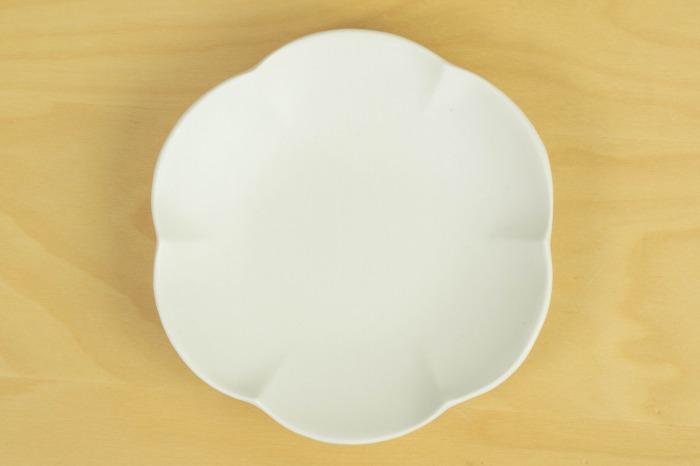 照井壮|乳白釉小皿(6弁)