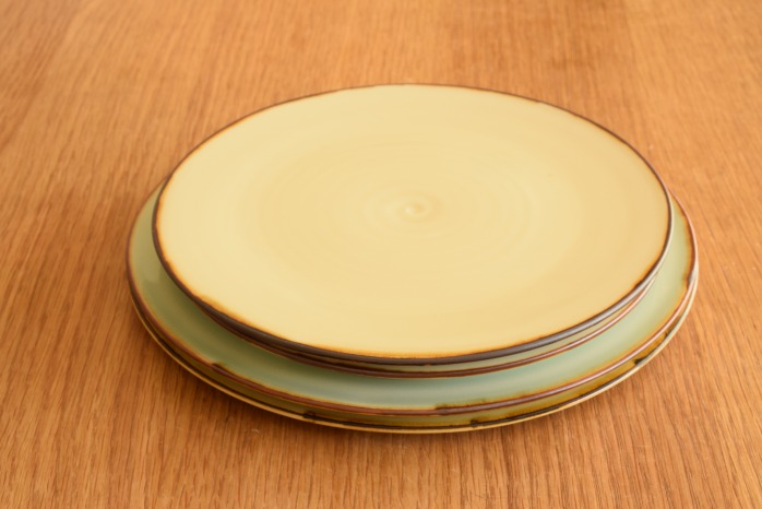 照井壮|フチサビ青白磁盤皿(7寸) 重ねたところ