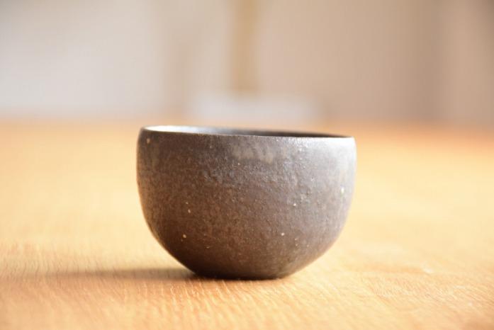角掛政志|黒釉丸湯呑 水平
