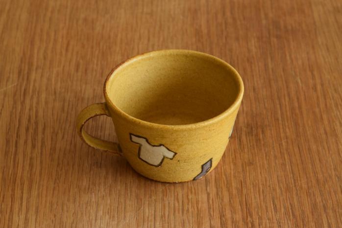 沖澤 真紀子|こどもマグカップ(イエロー・洋服)