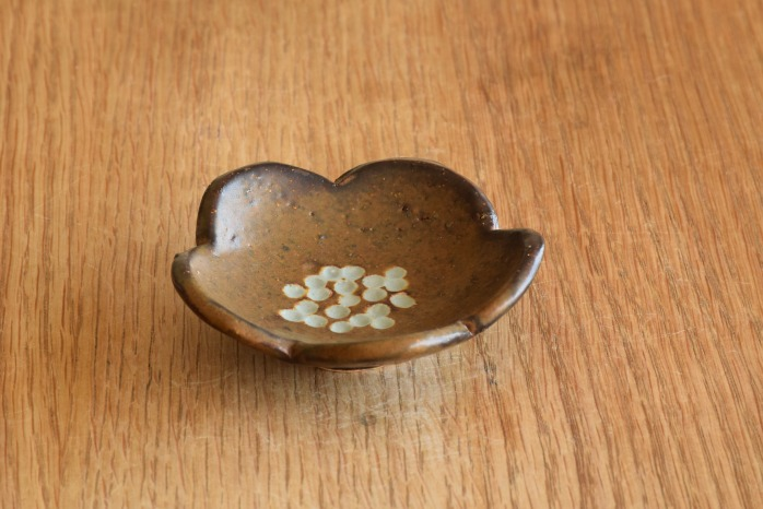 沖澤 真紀子|茶花型豆皿 個展の際の作品となります。
