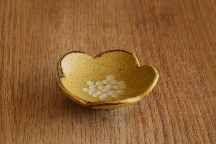 沖澤 真紀子|イエロー花型豆皿 個展の際の作品となります。