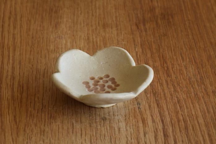 沖澤 真紀子|ホワイト花型豆皿 個展の際の作品となります。