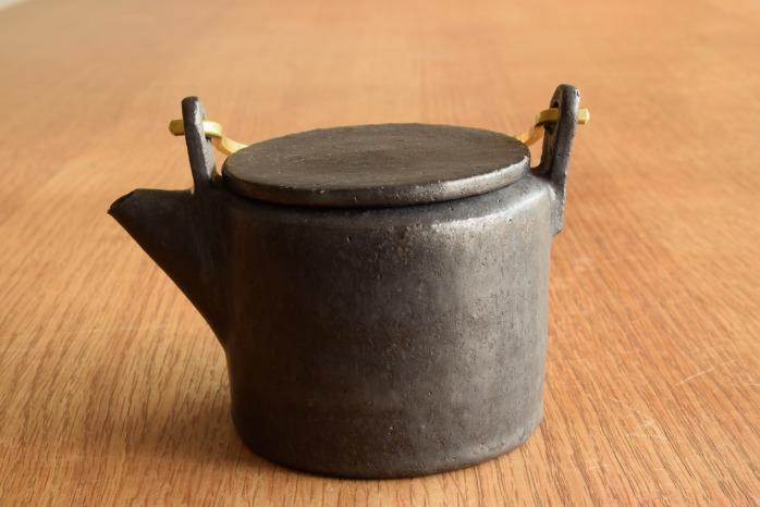 石川若彦|黒真鍮手付きポットM 真鍮の取っ手とフラットな蓋が粋なポットです。