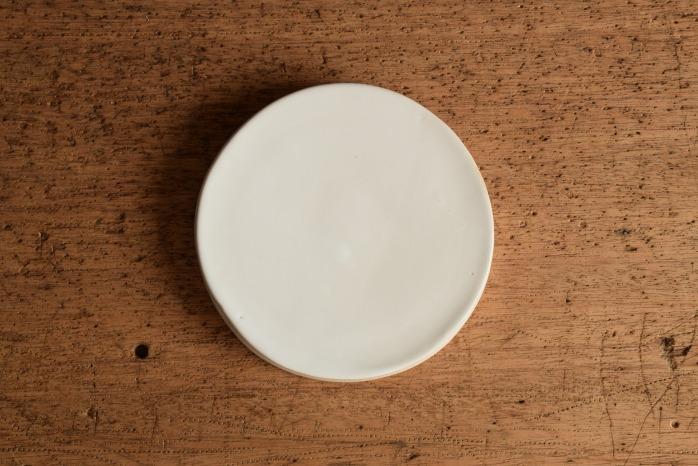 直井真奈美|乳白台皿13.5cm  俯瞰・うえ