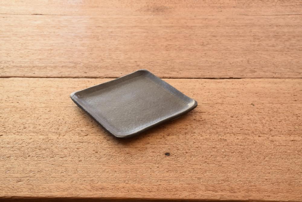 中村恵子|黒角プレート皿 正面 意外となかった使い勝手のよいサイズ感のプレートです!