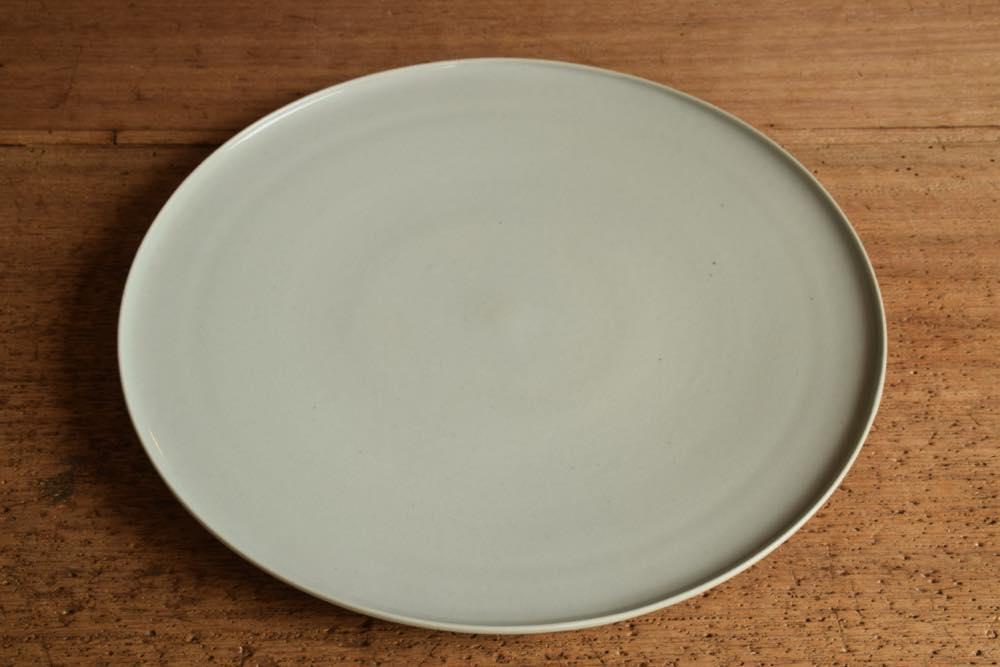 こいずみみゆき|平皿(9寸) 正面 シンプル清々しいこいずみさんのうつわ