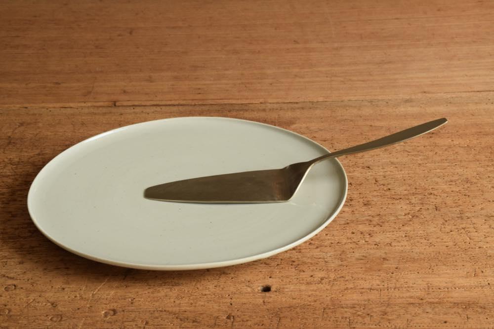 こいずみみゆき 平皿(7寸) 正面 シンプル清々しいこいずみさんのうつわ