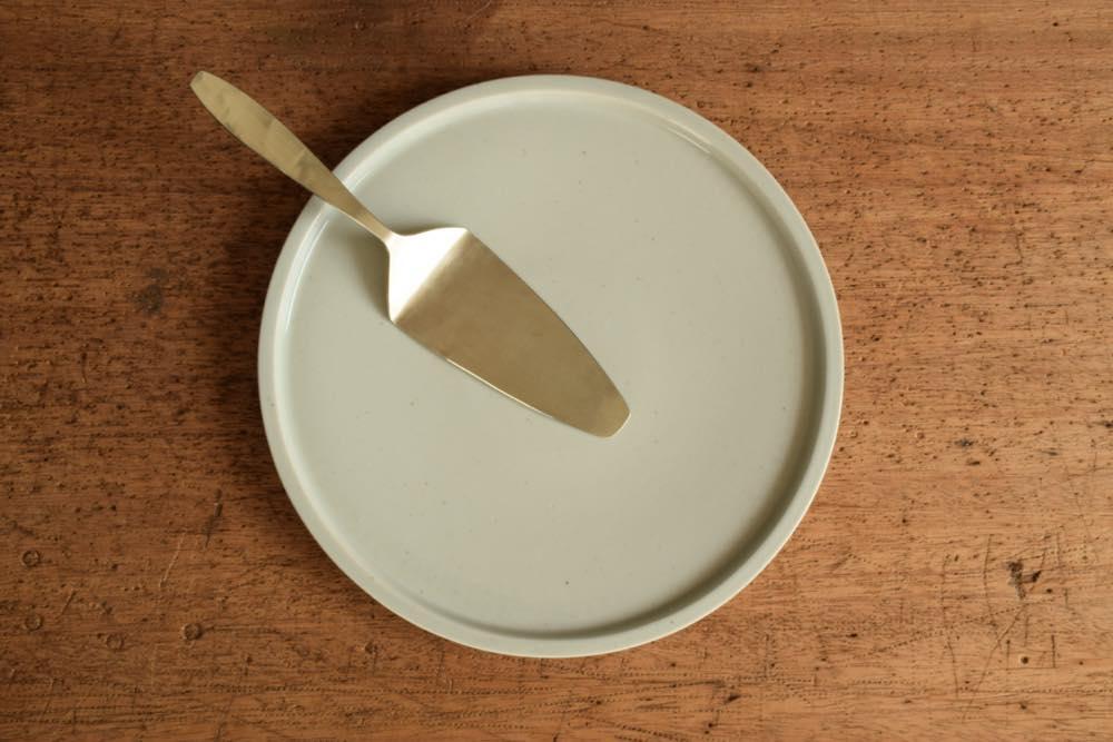 こいずみみゆき|リム皿(幅細・8寸) 正面 シンプル清々しいこいずみさんのうつわ
